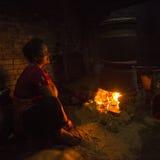 Mujer nepalesa que trabaja en su taller de la cerámica nepal imagen de archivo