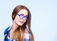 Mujer nerdy atractiva en vidrios extraños Fotos de archivo libres de regalías