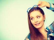 Mujer nerdy atractiva en vidrios extraños en la cabeza Fotografía de archivo libre de regalías
