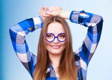 Mujer nerdy sonriente feliz en vidrios extraños Fotografía de archivo