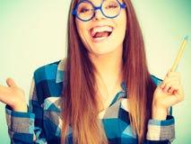 Mujer nerdy sonriente feliz en vidrios extraños Imagen de archivo libre de regalías