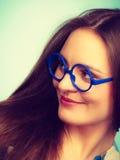 Mujer nerdy sonriente feliz en vidrios extraños Fotos de archivo