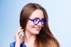 Mujer nerdy sonriente feliz en vidrios extraños Imagen de archivo
