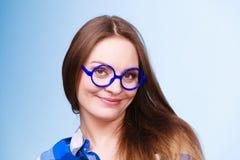 Mujer nerdy sonriente feliz en vidrios extraños Fotos de archivo libres de regalías