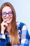 Mujer nerdy sonriente feliz en vidrios extraños Foto de archivo libre de regalías