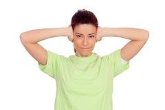 Mujer nerviosa que cubre sus oídos aislados Fotografía de archivo