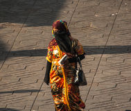 Mujer no identificada con el vestido hermoso imagen de archivo