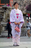 Mujer no identificada vestida en un kimono imagen de archivo