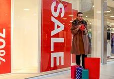 Mujer no más de dinero para hacer compras en la alameda de compras Foto de archivo