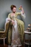 Mujer noble francesa con Apple Imagen de archivo libre de regalías