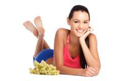 Mujer nutrición-joven sana con la uva Foto de archivo libre de regalías