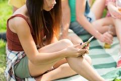 Mujer o adolescente con smartphone al aire libre Fotos de archivo
