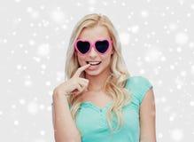 Mujer o adolescente feliz en gafas de sol en forma de corazón Imágenes de archivo libres de regalías