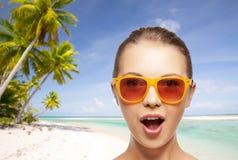 Mujer o adolescente feliz en gafas de sol en la playa Imagen de archivo libre de regalías