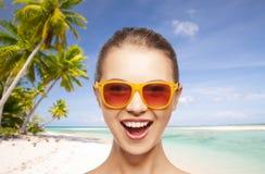 Mujer o adolescente feliz en gafas de sol en la playa Fotografía de archivo