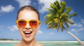 Mujer o adolescente feliz en gafas de sol en la playa Imagenes de archivo