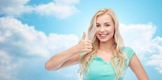Mujer o adolescente feliz que muestra los pulgares para arriba Imagen de archivo