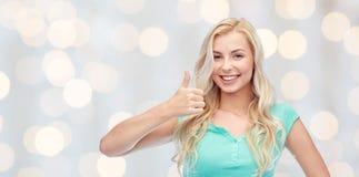 Mujer o adolescente feliz que muestra los pulgares para arriba Fotografía de archivo libre de regalías