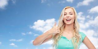 Mujer o adolescente feliz que muestra los pulgares para arriba Fotos de archivo libres de regalías