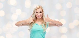 Mujer o adolescente feliz que muestra los pulgares para arriba Imagenes de archivo