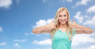 Mujer o adolescente feliz que muestra los pulgares para arriba Fotografía de archivo