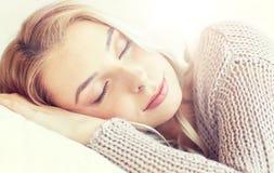 Mujer o adolescente que duerme en la almohada en casa Foto de archivo
