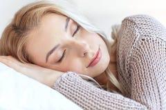 Mujer o adolescente que duerme en la almohada en casa Imagenes de archivo
