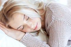 Mujer o adolescente que duerme en la almohada en casa Fotos de archivo libres de regalías