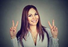 Mujer o adolescente que muestra la muestra de la mano de la paz con ambas manos Foto de archivo