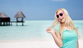 Mujer o adolescente rubia joven feliz en gafas de sol Imagen de archivo libre de regalías