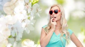 Mujer o adolescente rubia joven feliz en gafas de sol Fotografía de archivo