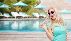 Mujer o adolescente rubia joven feliz en gafas de sol Foto de archivo libre de regalías