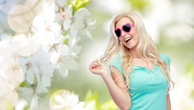 Mujer o adolescente rubia joven feliz en gafas de sol Fotografía de archivo libre de regalías