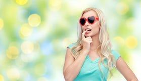 Mujer o adolescente rubia joven feliz en gafas de sol Fotos de archivo libres de regalías