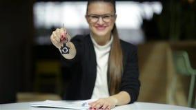 Mujer o agente inmobiliario sonriente feliz joven de negocios que muestra llaves de la nueva casa Aislado sobre fondo Foco encend almacen de video