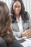 Mujer o empresaria del afroamericano en la reunión imágenes de archivo libres de regalías