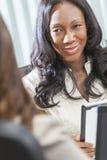 Mujer o empresaria del afroamericano en la reunión foto de archivo