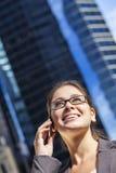 Mujer o empresaria que habla en el teléfono celular foto de archivo libre de regalías