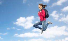 Mujer o estudiante feliz con el salto de la mochila Foto de archivo