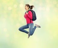 Mujer o estudiante feliz con el salto de la mochila Fotografía de archivo libre de regalías