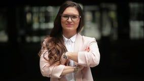 Mujer o estudiante hermosa joven de negocios en traje en la calle Ella es sonriente, feliz y de mirada en la c?mara metrajes