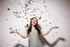 Mujer o muchacha adolescente en vestido de lujo con las lentejuelas y confeti en el partido Fotos de archivo