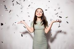 Mujer o muchacha adolescente en vestido de lujo con las lentejuelas y confeti en el partido Imagen de archivo libre de regalías