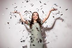 Mujer o muchacha adolescente en vestido de lujo con las lentejuelas y confeti en el partido Fotos de archivo libres de regalías