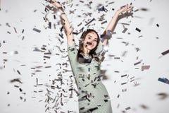 Mujer o muchacha adolescente en vestido de lujo con las lentejuelas y confeti en el partido encendido Fotografía de archivo libre de regalías