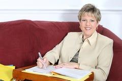 Mujer o profesor de negocios que trabaja en el país en el sofá Foto de archivo libre de regalías