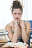 Mujer o secretaria hermosa del bibliotecario en el trabajo Foto de archivo
