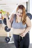 Mujer obesa con la cinta y la manzana de la medida Imagen de archivo