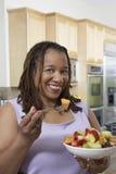 Mujer obesa que come ensalada de fruta Fotos de archivo libres de regalías