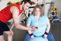 Mujer obesa que hace ejercicio de la aptitud fotos de archivo libres de regalías